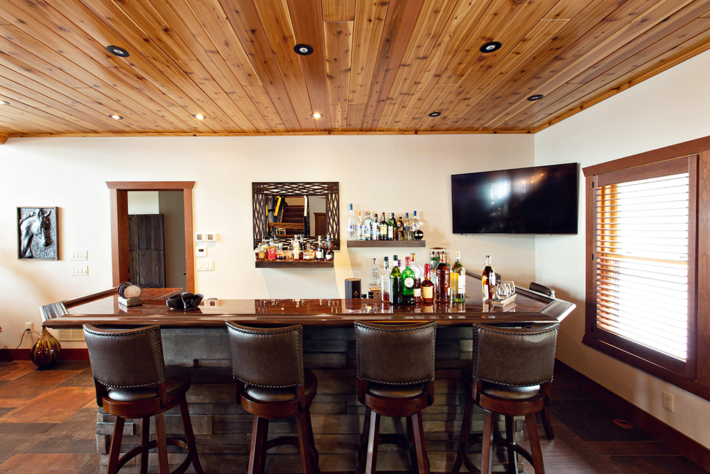 Beaver Mountain Log Homes Kuyahoora Lodge Cedar Hybrid Home Bar